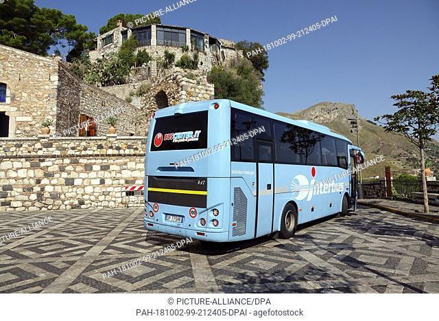 06 September 2018, Italy, Castelmola: 06 September 2018, Italy, Castelmola: An Interbus bus stops at a stop in Piazza Sant' Antonio in the mountain village of...