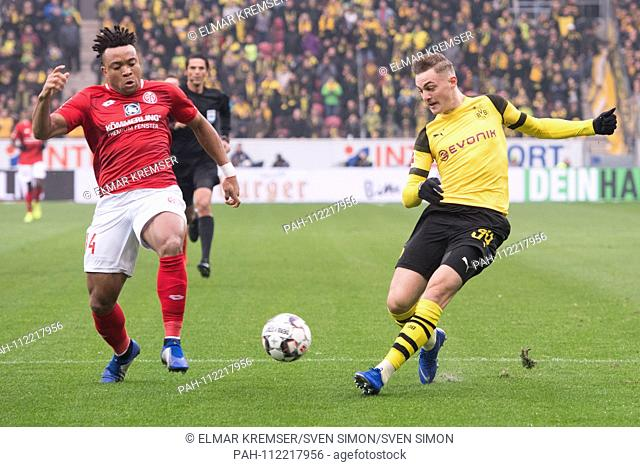 Customer MALONG (left, MZ) versus Jacob BRUUN LARSEN (DO), action, duels, football 1st Bundesliga, 12th matchday, 1. FSV FSV FSV Mainz 05 (MZ) - Borussia...
