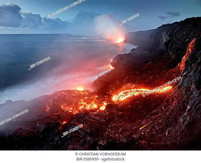 Pu?u ?O?o or Puu Oo volcano, volcanic eruption, lava flow, red hot lava flowing into the Pacific Ocean