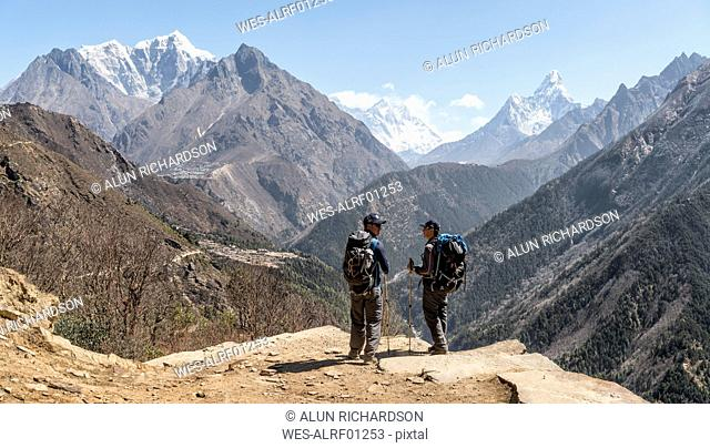 Nepal, Solo Khumbu, Everest, Sagamartha National Park, Maountaineers looking at Mount Everest