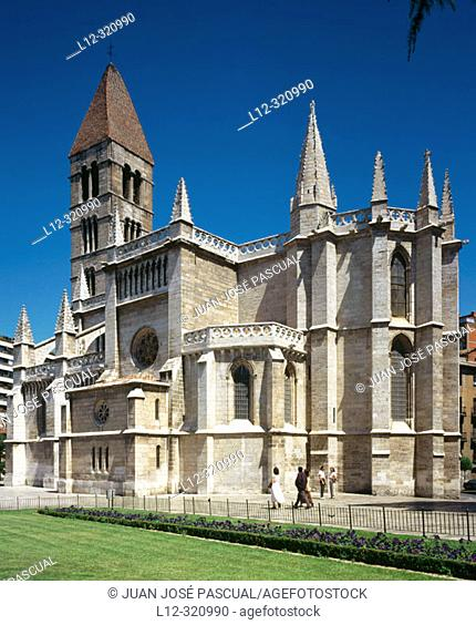 Gothic church of Santa María la Antigua (with standing Romanesque tower dating 13th century). Valladolid. Spain