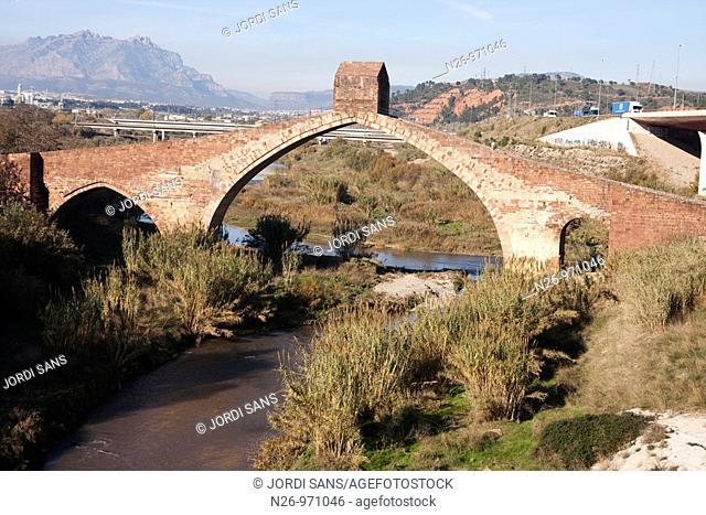 Pont del Diable  Siglo IV aC a IV dC  De origen romano, formaba parte de la Via Augusta  Al fondo, macizo de Montserrat  Río Llobregat  España, Catalunya