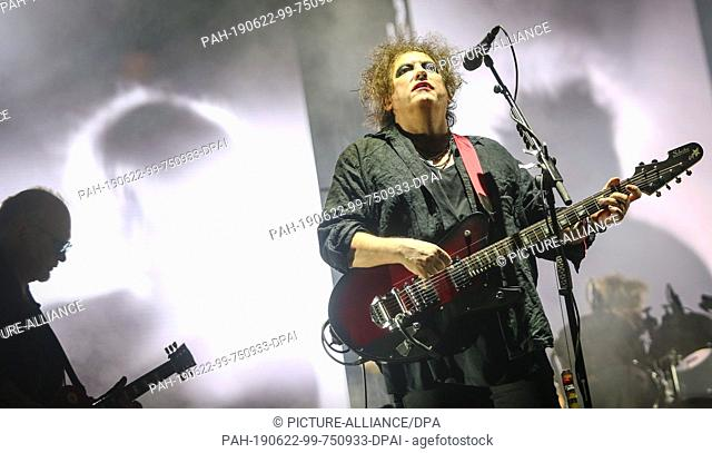 """21 June 2019, Baden-Wuerttemberg, Neuhausen ob Eck: The British band """"""""The Cure"""""""" gives a concert with singer Robert Smith at the Southside Festival"""