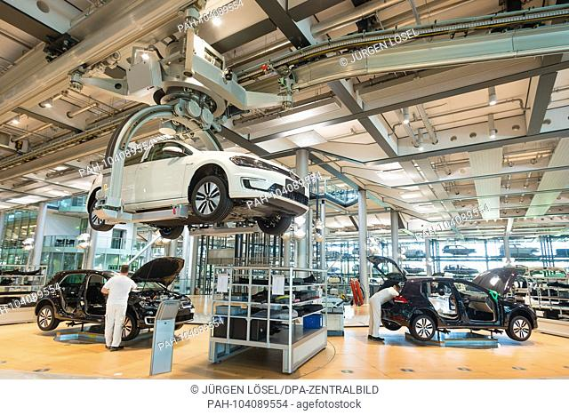 08.05.2017, Saxony, Dresden: employees of Volkswagen AG in the Dresden Glass Factory during the production of the new E Golf