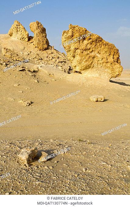 Qatar - Around Zekreet - Limestone concretions in the desert