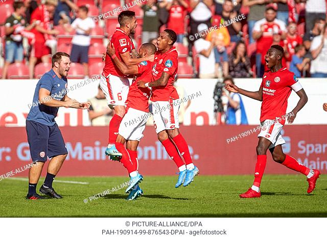 14 September 2019, Rhineland-Palatinate, Mainz: Soccer: Bundesliga, FSV Mainz 05 - Hertha BSC, 4th matchday in the Opel Arena. Mainz cheers after 2-1