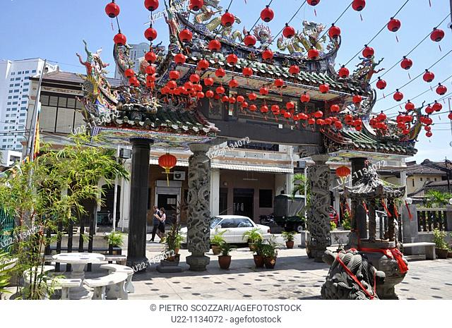 George Town, Penang (Malaysia): the entrance's arcade of the Hainan Chinese Temple