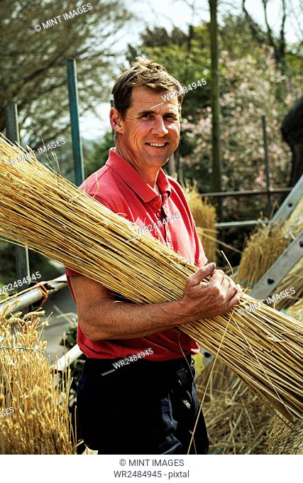 Thatcher carrying a yelm of straw