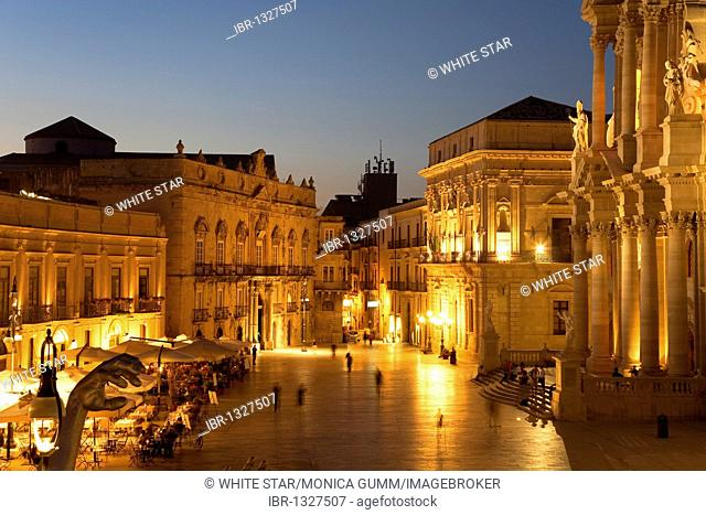 Piazza Duomo square, cathedral on Ortigia island, the old town of Syracuse, Sicily, Italy, Europe