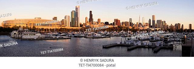 USA, Illinois, Chicago harbor and skyline