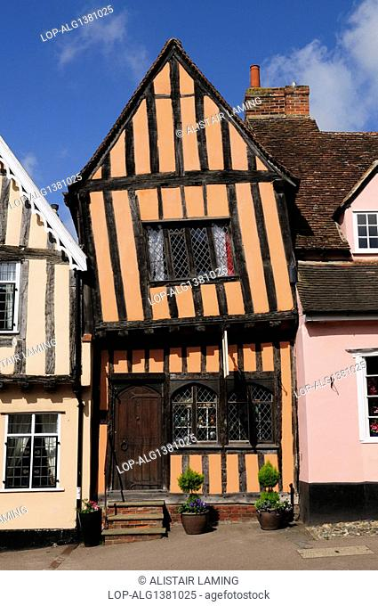 England, Suffolk, Lavenham, The Crooked House Gallery in a half-timbered medieval building built around 1425 in Lavenham