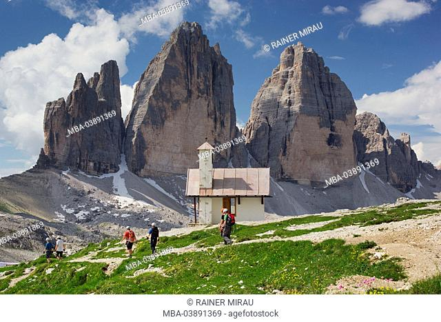 Chapel, climber, 'Drei Zinnen Hütte' mountain hut, South Tyrol, the Dolomites mountains, Italy