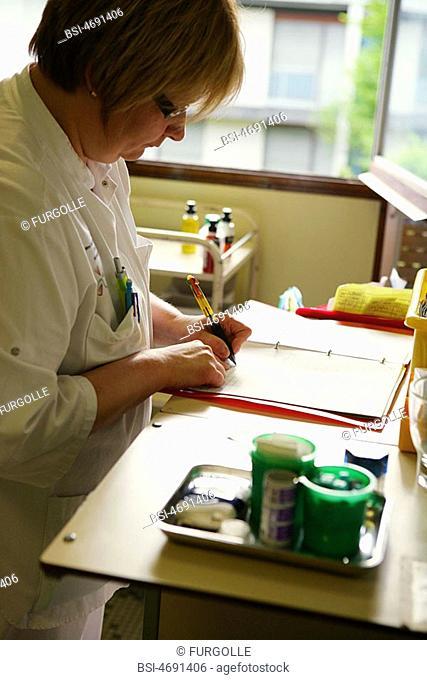 NURSE<BR>PhotoessayatthehospitalofMeaux77,France SiteofOrgemont Nurse