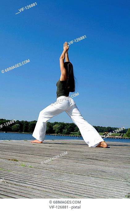 Body & Soul - Relaxing, Yoga - Junge dunkelhaarige Frau bei Yoga-?bungen im Stad - Hamburg, GERMANY, 01/01/2005