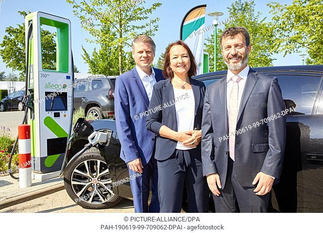 19 June 2019, Hamburg: Ulf Schulte (l-r), Managing Director DACH at Allego, Anja van Niersen, CEO Allego, and Carlo Coppola
