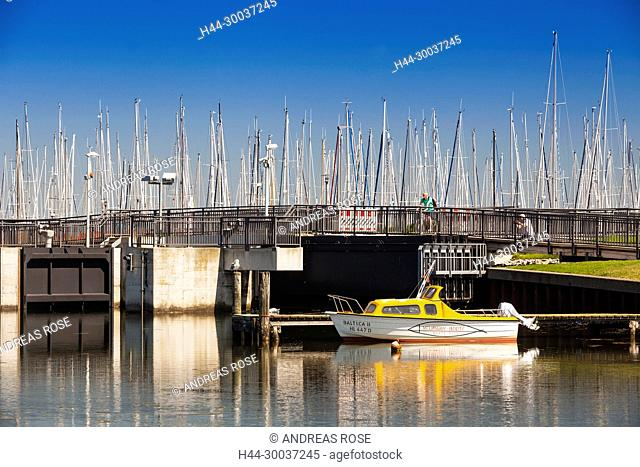 Brücke am Yachthafen zur Halbinsel Steinwarder, Heiligenhafen, Deutschland, Europa