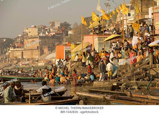 Indians at the ghats of the Ganges River, Varanasi, Benares, Uttar Pradesh, India, South Asia