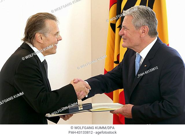 Federal President Joachim Gauck awards Munich's chief conductor of the symphonic orchestra and choir of the Bavarian Broadcasting Mariss Jansons with the...