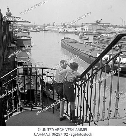 Zwei kleine Jungen schauen von einem Treppengeländer auf den Hafen von Dortmund, Deutschland 1930er Jahre. Two little boys watching Dortmund harbor from a...