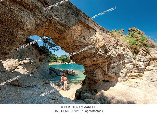 France, Finistere, Fouesnant, Roche Percee (pierced rock)
