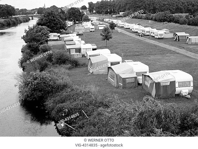 DEUTSCHLAND, MEPPEN, 10.06.1978, Seventies, black and white photo, holidays, tourism, campsite at the Ems, motorhomes, tents, river landscape, D-Meppen, Ems