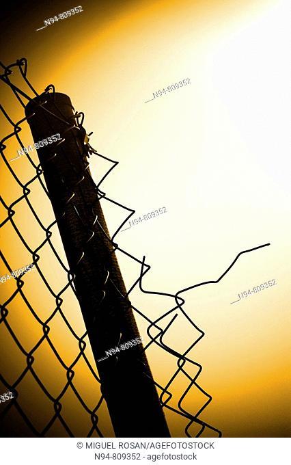 Cercado de alambre deteriorado Fencing wire deteriorated