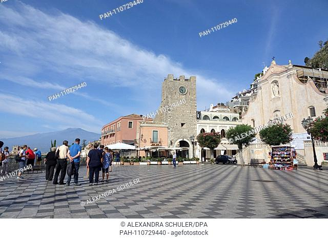 09.09.2018, Italy, Taormina: The goalre dell? Orologio (M, clock tower) and the church of San Giuseppe (r) are located in Piazza IX. Aprile