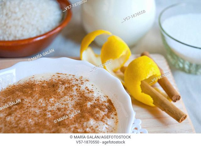 Rice pudding and ingredientes. Close view