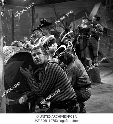 """Fernsehinszenierung der Operette """"""""Die Banditen"""""""" von Jacques Offenbach, Deutschland 1961, Szenenfoto mit Wolfgang Völz (vorn)"""