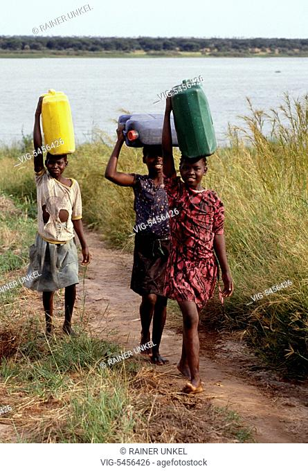 UGA , Uganda : Women and girls are fetching water from the Nile river in Pakwach , August 1991 - Pakwach, Nebbi District, Uganda, 13/08/1991