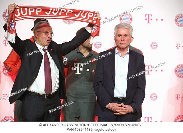 Karl Heinz RUMMENIGGE, (Management Chairman) holds a JUPP scarf in honor of outgoing Jupp HEYNCKES (coach FC Bayern Munich)