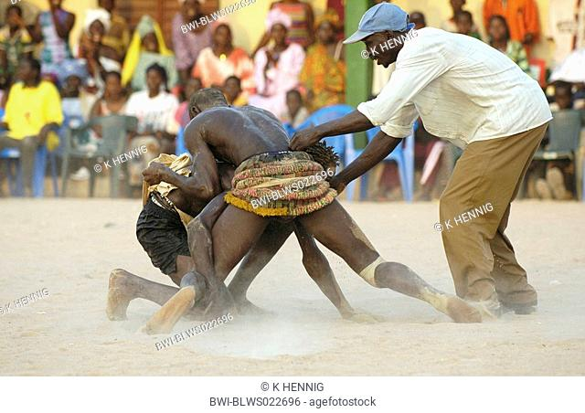 wrestling match at AbÚnÚ festival, fighters with referee, Senegal, Casamance, AbÚnÚ, Dez 04