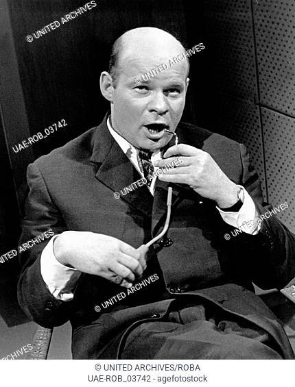 """Der deutsche Schauspieler Ralf Wolter in der Fernsehshow """"""""So viel Schwung"""""""", Deutschland Anfang 1960er Jahre. German actor Ralf Wolter in a TV show"""