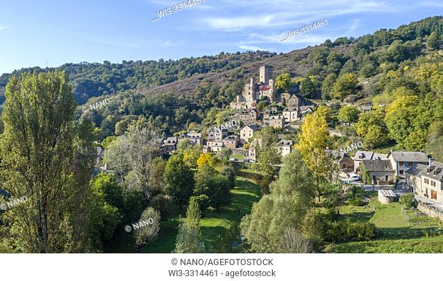 France, Aveyron, Belcastel, labelled Les Plus Beaux Villages de France (The Most Beautiful Villages of France), general view of the village with the castle...