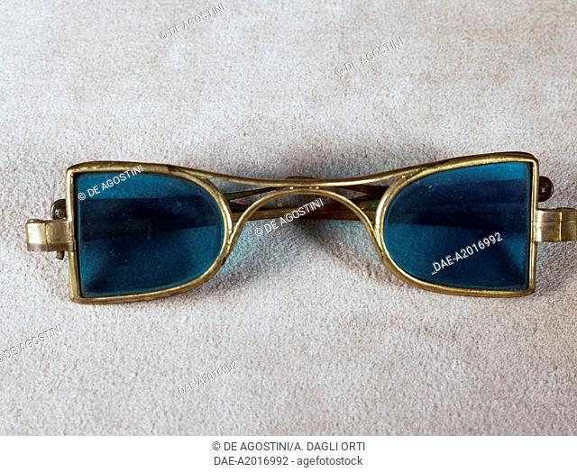 Spectacles in silver with lateral folding frame. Italy, 19th century.  Agordo, Collezioni Ottiche E Occhiali Rathschuler-Luxottica (Glasses And Sunglasses)