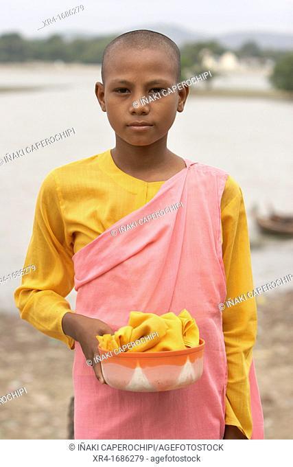 Girls monks in the U Bein bridge, U Bein Bridge, Amarapura, Division of Mandalay, Myanmar, Burma, Asia