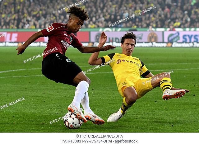 31 August 2018, Germany, Hanover: Soccer: Bundesliga, Matchday 2: Hannover 96 - Borussia Dortmund in the HDI Arena. Hanover's Linton Maina (L) and Dortmund's...