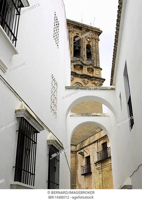 Narrow alleyway in Arcos with a view to the oldest church of Santa Maria de la Asunción, Arcos, Andalusia, Spain, Europe