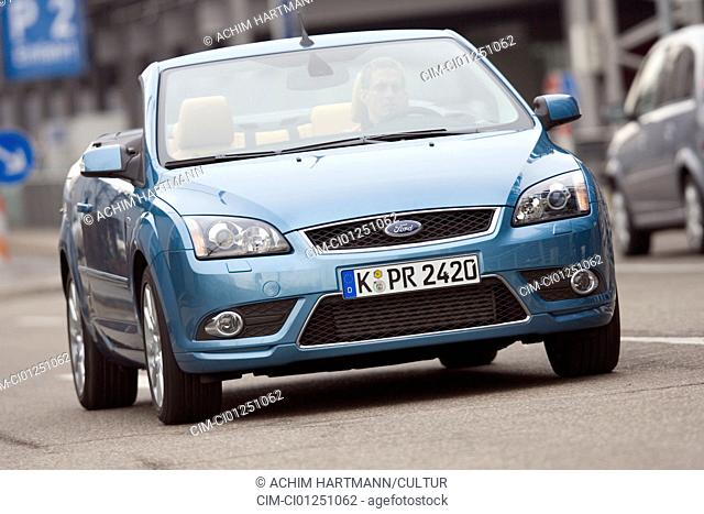 Ford Focus 2.0 TDCi coupe-Convertible, model year 2007-, blue moving, diagonal from the front, frontal view, City, open top