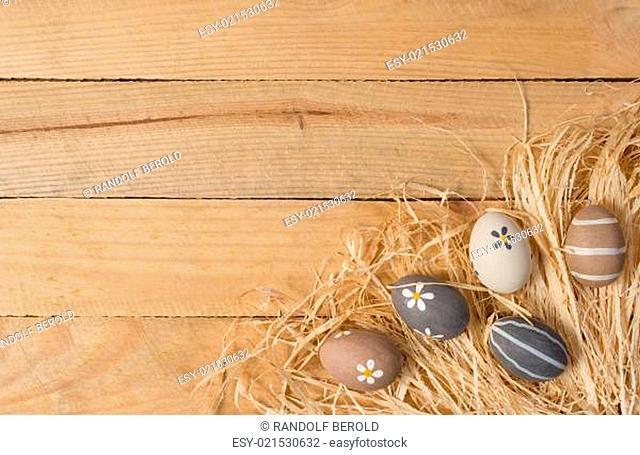 Osternest mit Ostereiern auf Holz