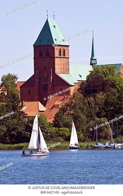 Yachts on Lake Ratzeburg in front of Ratzeburg cathedral, romanesque cathedral of Ratzeburg, in the Duchy of Lauenburg, Schleswig-Holstein, Germany, Europe