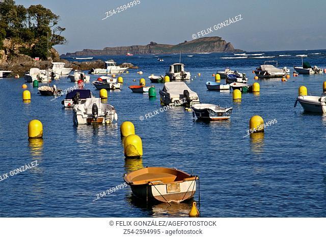 Boats at Mundaka estuary, Izaro Island, Urdaibai Biosphere Reserve, Basque Country, Spain
