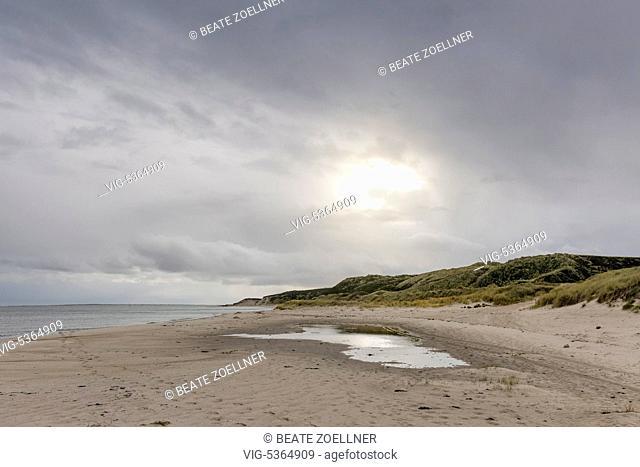 DEUTSCHLAND, HOERNUM/SYLT, 08.12.2014, Diffus scheint die Dezembersonne durch die grauen Wolken ueber dem menschenleeren Strand an der Watttenmeerkueste von...