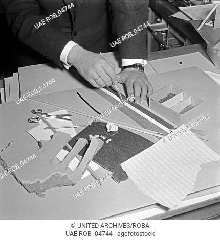 Die Planung und Zeichnung zum Modell eines Tunnels für die Modelleisenbahn, Deutschland 1950er Jahre. Planning and drawing for the model train, Germany 1950s