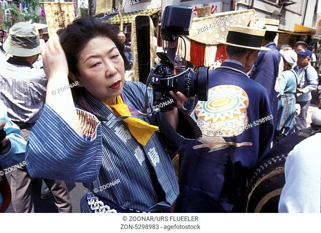 ASIEN, JAPAN, TOKYO, STADT, ASAKUSA, TEMPEL, SENSO JI, FEST, TEMPELFEST, VOLKSFEST, TRADITION, KULTUR, FRAU, FOTO, FOTOGRAF Eine Japanische Fotografin in...