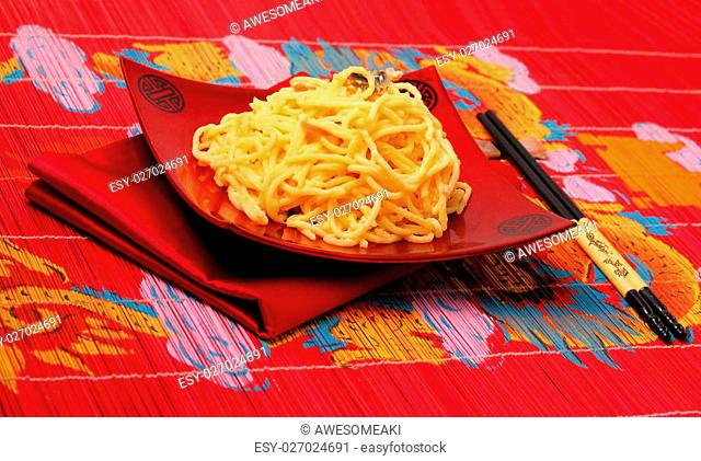 spaghetti carbonara served on a bamboo place mat