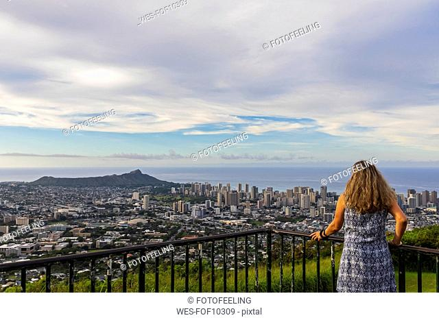 USA, Hawaii, Oahu, Puu Ualakaa State Park, View from Tantalus Lookout to Honolulu and Diamond Head, female tourist looking at view