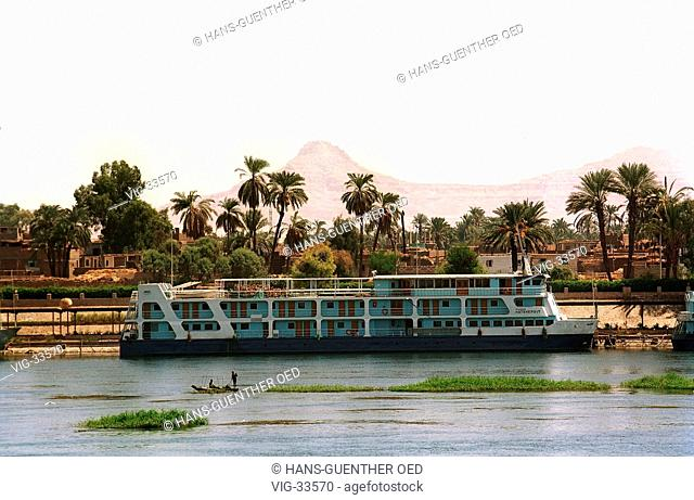 Nile cruise ship on the Nile. - LUXOR, AEGYPTEN, 08/09/2002
