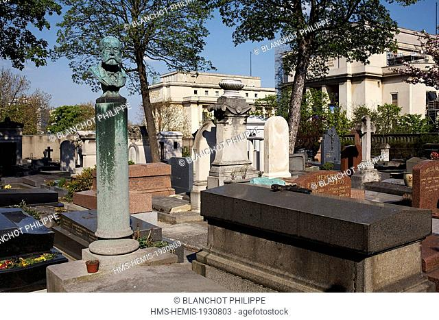 France, Paris, Passy Cemetery with the Palais de Chaillot in the background