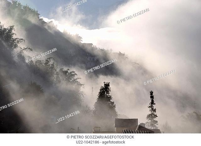 Sapa (Vietnam): early morning mist on the hills